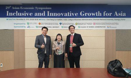 รศ.ดร.วิษณุ  อรรถวานิช  รศ.ดร.ชลลดา  หลวงพิทักษ์ และ อ.ดร.ธนสิน  ถนอมพงษ์พันธ์ นำเสนอผลงานในการประชุมวิชาการนานาชาติ The Asian Economic Symposium 2019 ระหว่างวันที่ 6-10 พ.ย. 2562 ณ Chonnam University สาธารณรัฐเกาหลี